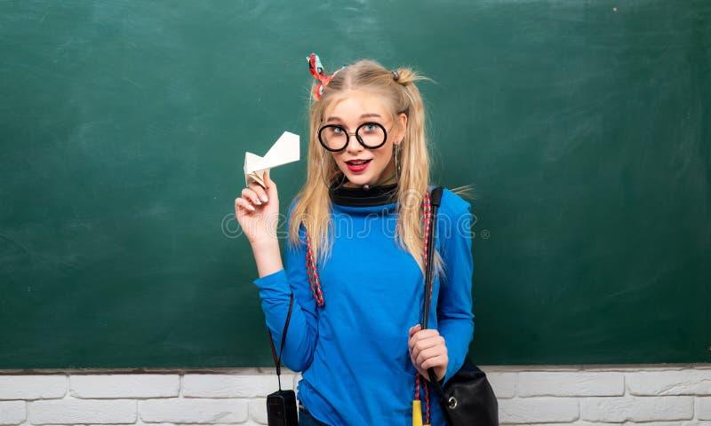 tillbaka skola till Modern flicka f?r stilfull skolaelev Gullig kvinnlig skraj stil Tycka om hennes skolaliv Utsmyckad skolflicka fotografering för bildbyråer