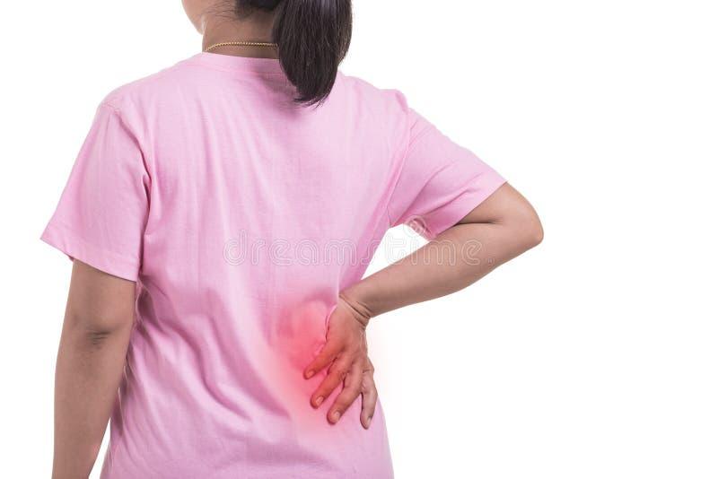 Tillbaka smärta begreppet: Kvinna som använder hennes hand och trycker på i tillbaka si arkivbilder