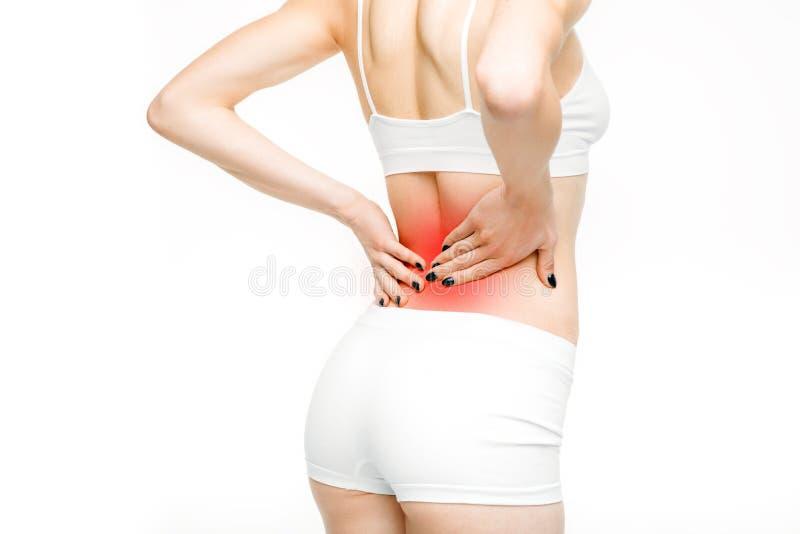 Tillbaka smärta, kvinnan med ryggvärk på vit bakgrund royaltyfri fotografi