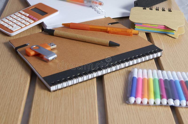 Tillbaka till skola, anteckningsb?cker, pennor och mark?rer fotografering för bildbyråer