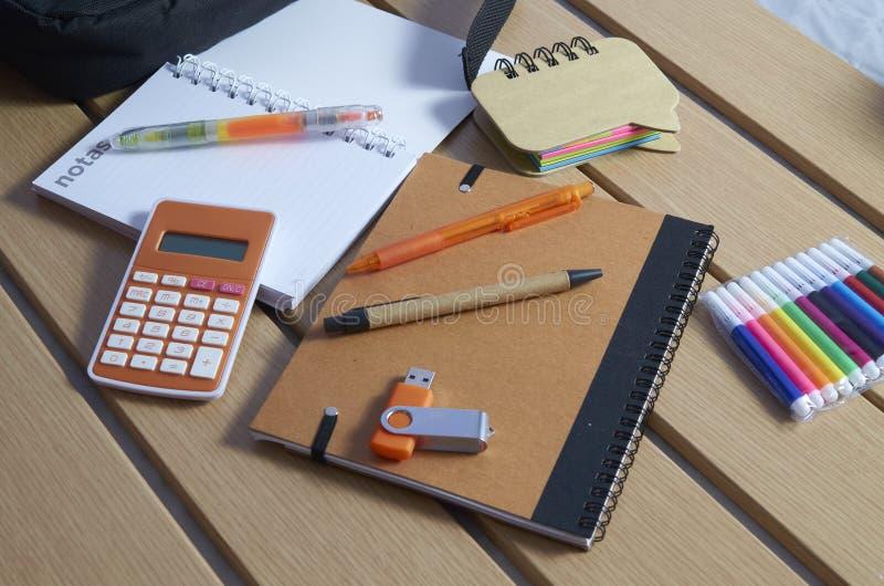 Tillbaka till skola, anteckningsb?cker, pennor och mark?rer royaltyfri bild