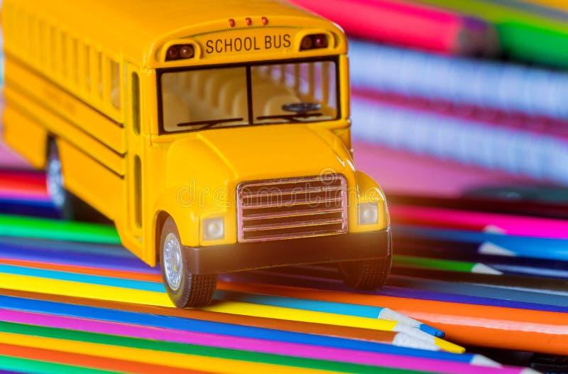 Tillbaka till skola, skolatillförsel på den gula skolbussen royaltyfria bilder