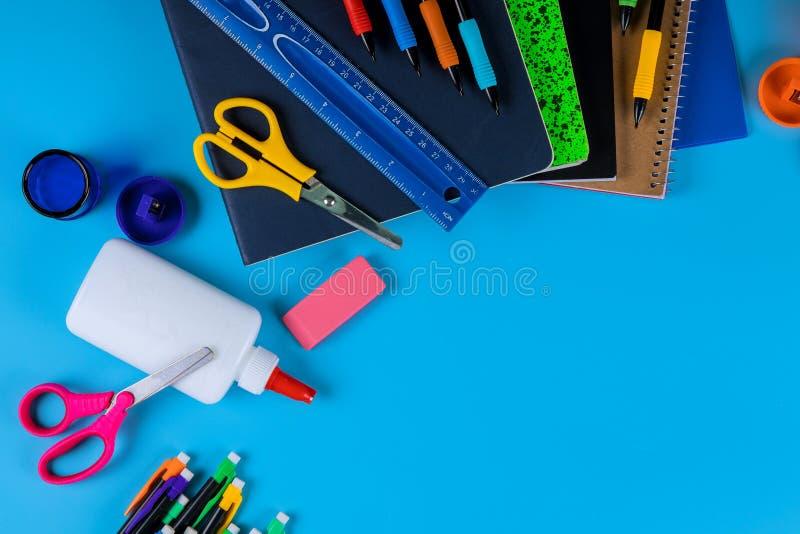 Tillbaka till skola, skolatillförsel på ljust - blå bakgrund arkivfoton