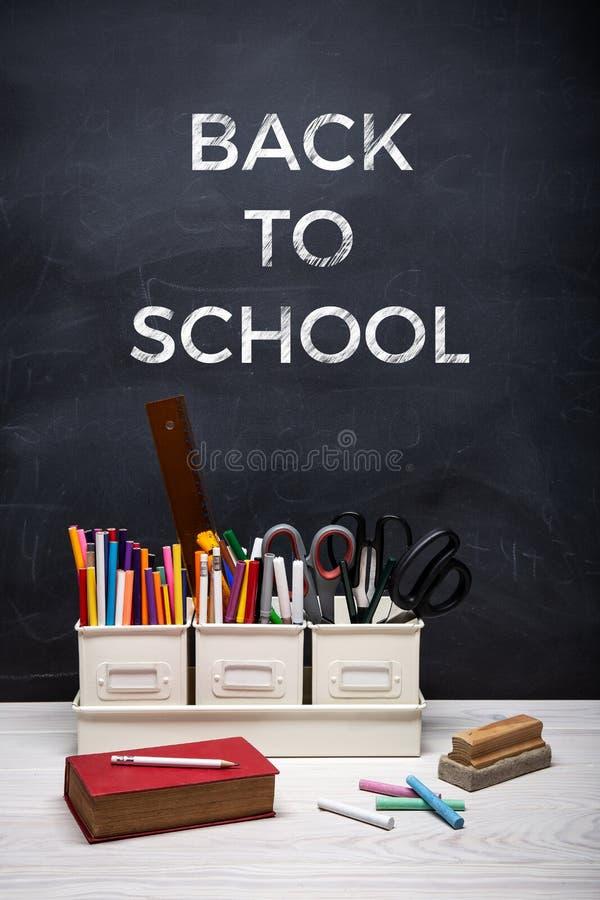 Tillbaka till skolabakgrundsbegreppet med text på den svart tavlan royaltyfria bilder