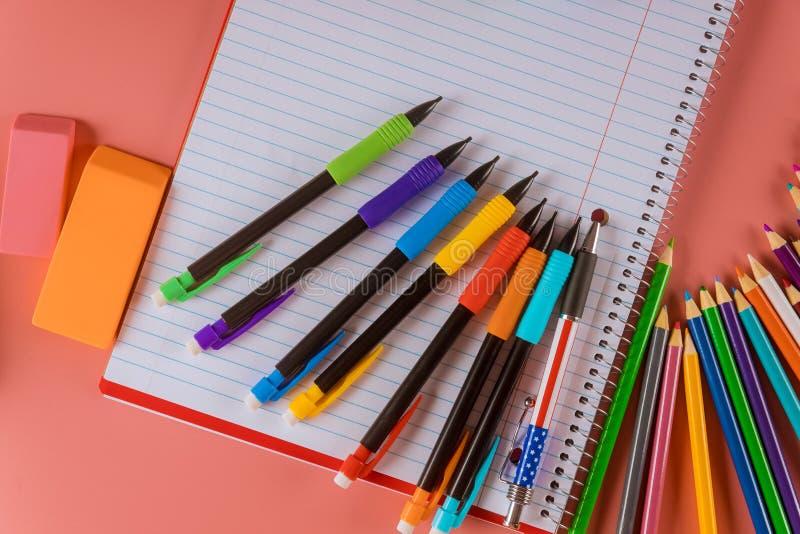 Tillbaka till utrustning för skolutbildningskolatillförsel för student med kopieringsutrymme arkivfoton