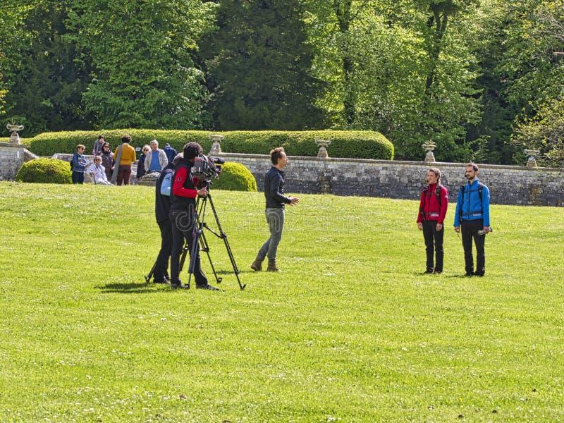 Tillbaka vinkelsikt av den digitala videokameran för hög definition som som antecknar eller skjuter kommersiell produktion för tv arkivbilder