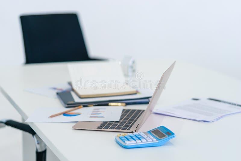 Tillbehör för affärskontor på datorarbeteskrivbordet royaltyfria bilder