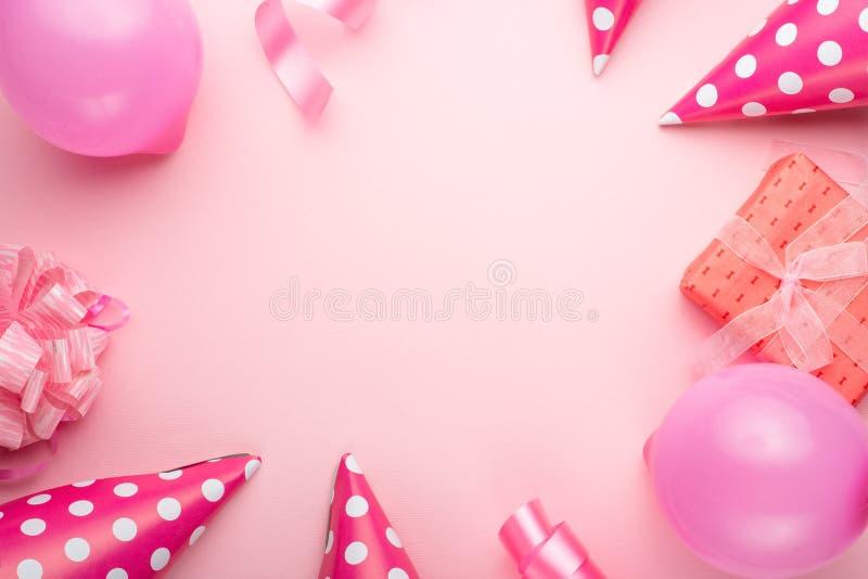 Tillbehör för flickor på en rosa bakgrund Inbjudan födelsedag, flicktidparti, baby showerbegrepp, beröm Banret för lät royaltyfri bild