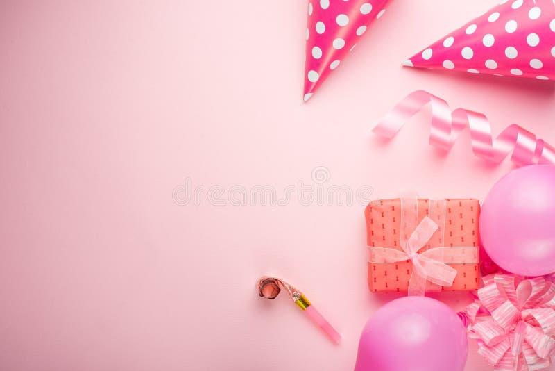 Tillbehör för flickor på en rosa bakgrund Inbjudan födelsedag, flicktidparti, baby showerbegrepp, beröm Banret för lät royaltyfria bilder