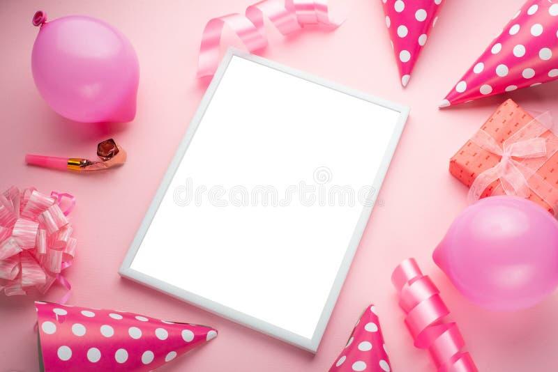 Tillbehör för flickor på en rosa bakgrund Inbjudan födelsedag, flicktidparti, baby showerbegrepp, beröm Med ramen för fotografering för bildbyråer
