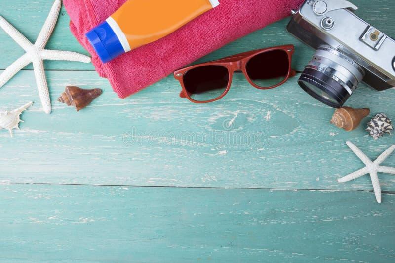 Tillbehör för sommarloppstrand på träbräde royaltyfria bilder