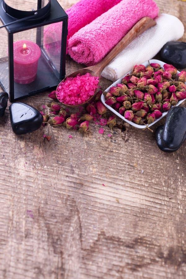 tillbehörbadet undersöker inställningsbrunnsorthanddukar Salt rosa hav och stenar på åldrig träbakgrund royaltyfria foton