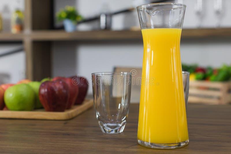 Tillbringare av orange fruktsaft royaltyfri bild