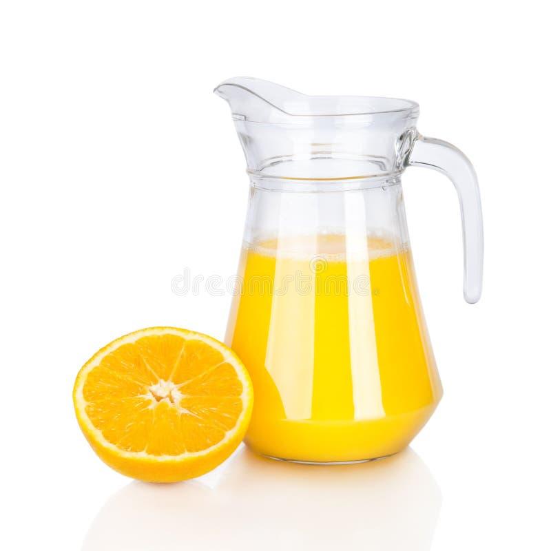 Tillbringare av orange fruktsaft och citrusfrukter   arkivfoto