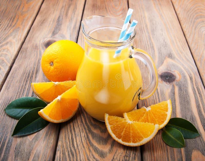 Tillbringare med orange fruktsaft royaltyfri bild