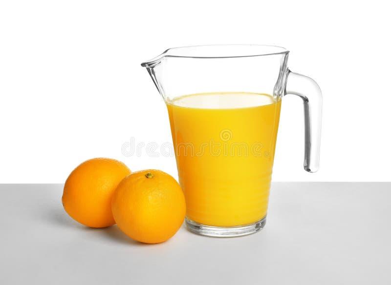 Tillbringare med orange fruktsaft och nya frukter royaltyfri bild