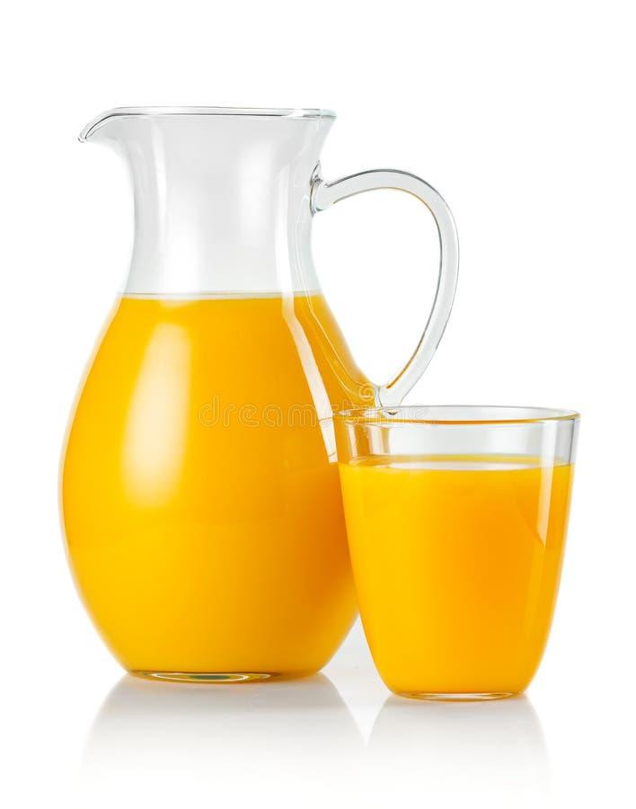 Tillbringare och exponeringsglas med orange fruktsaft som isoleras på vit royaltyfri foto
