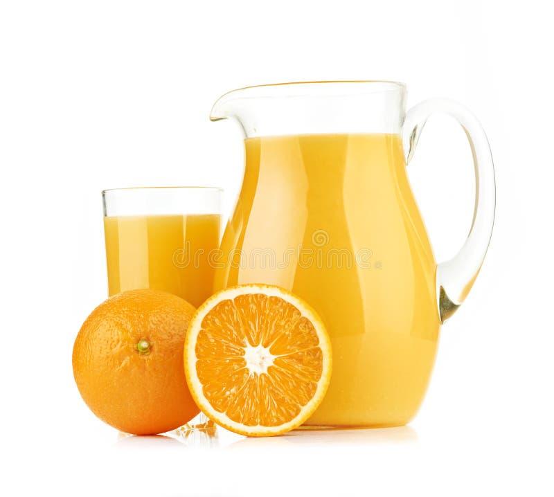 Tillbringaren, exponeringsglas av orange fruktsaft och apelsinen bär frukt royaltyfri foto
