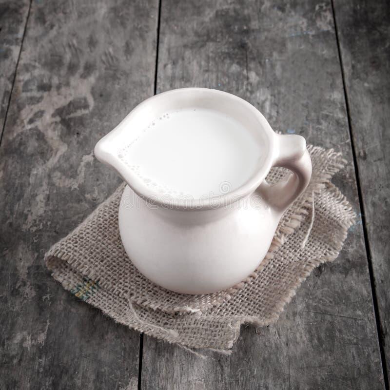 Tillbringaren med mjölkar arkivbild