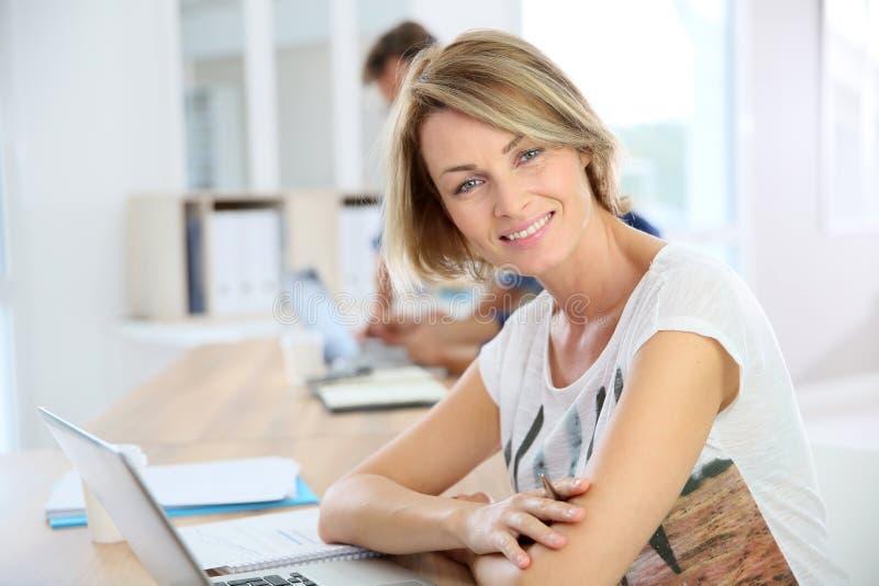 Tillfällig affärskvinna på kontoret arkivfoton