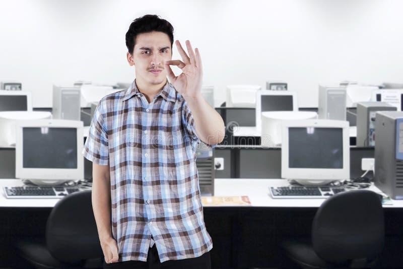 Tillfällig affärsman som i regeringsställning gör en gest det reko tecknet arkivbild