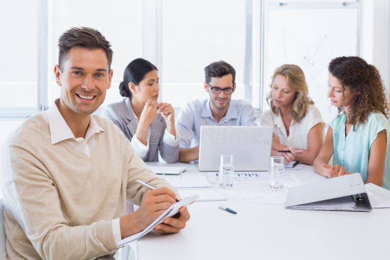 Tillfällig affärsman som tar anmärkningar under möte arkivbilder