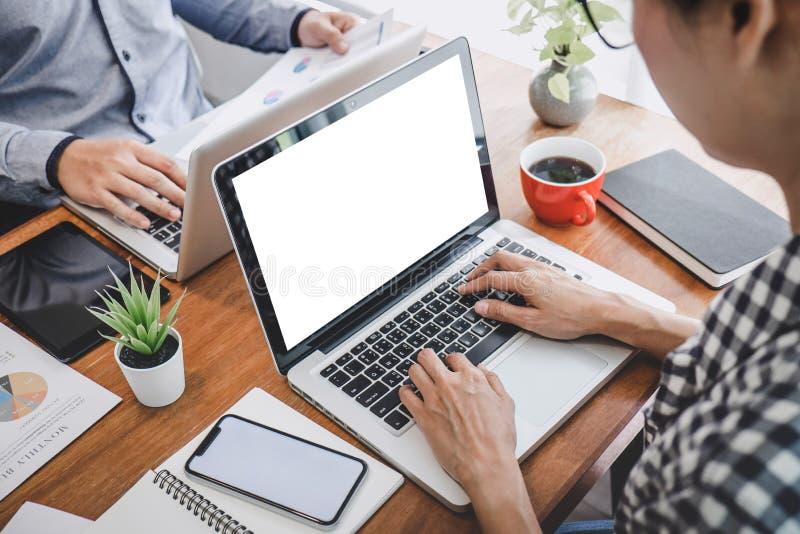 Tillfällig chef för affär som framlägger och diskuterar statistik för framgång för företagstillväxtprojekt finansiell, yrkesmässi royaltyfri fotografi