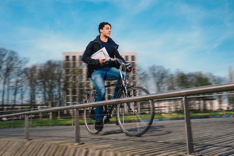 Tillfällig cykelbudbärare royaltyfria foton