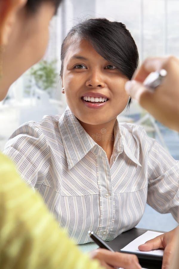 tillfällig diskussion för asiatiska affärskvinnor arkivfoton
