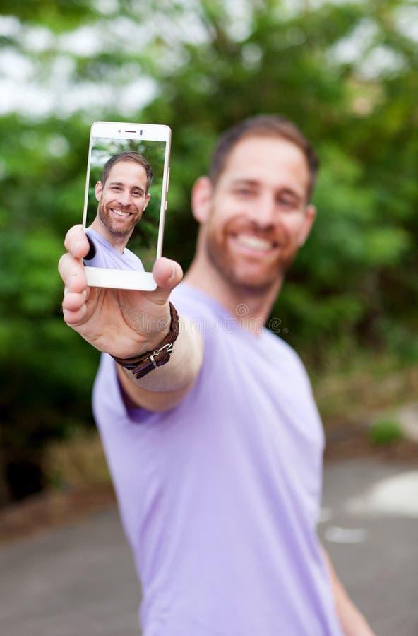 Tillfällig grabb i en parkera som tar ett foto royaltyfri foto