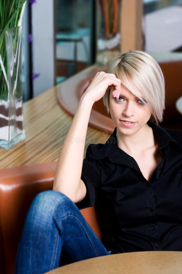 Tillfällig härlig kvinna som kopplar av i en restaurang royaltyfri bild