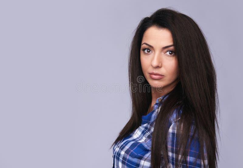Tillfällig härlig ung brunettkvinna isolerat arkivfoton
