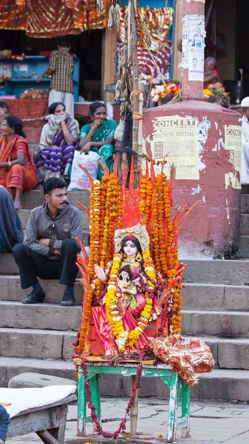 Tillfällig hinduisk relikskrin åt sidan Gangesen arkivfoton