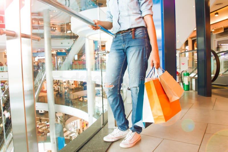 Tillfällig jeanskvinna med shoppingpåsen i varuhuset, Shoppi royaltyfri fotografi