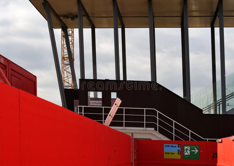 Tillfällig korridor av röda väggar på den stora konstruktionsplatsen arkivfoto