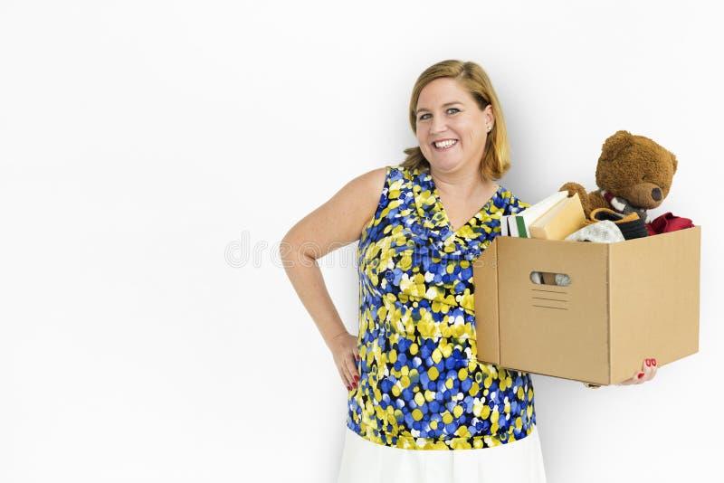Tillfällig kvinnastudiostående bära en isolerad ask royaltyfria foton