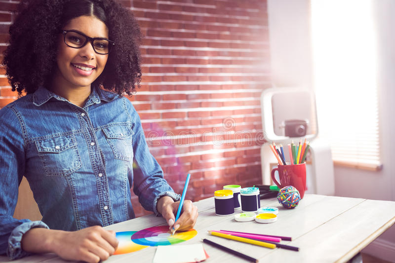 Tillfällig kvinnlig formgivare som ler och drar arkivbild