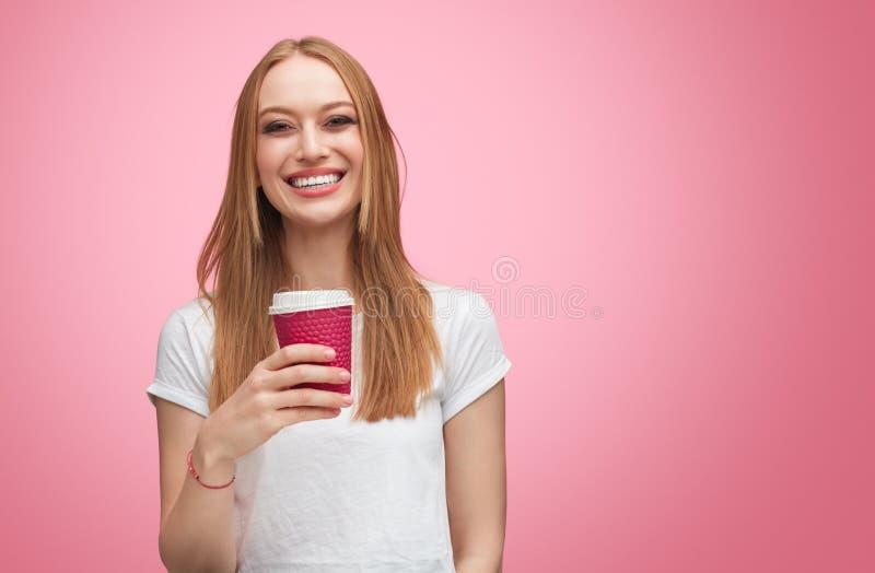 Tillfällig lycklig flicka med kaffe royaltyfri bild