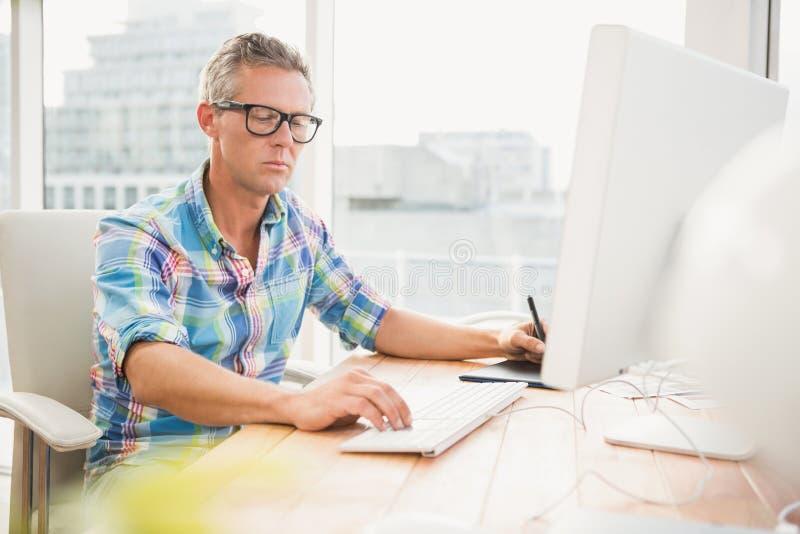 Tillfällig märkes- användande dator och digitizer arkivfoto