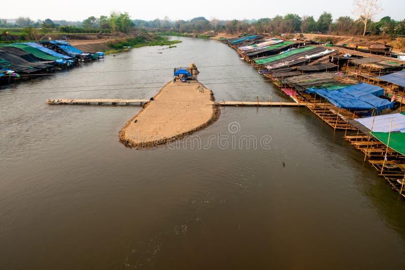 Tillfällig mat stannar byggs längs knackar flodbanker för att tilldra turister arkivbild
