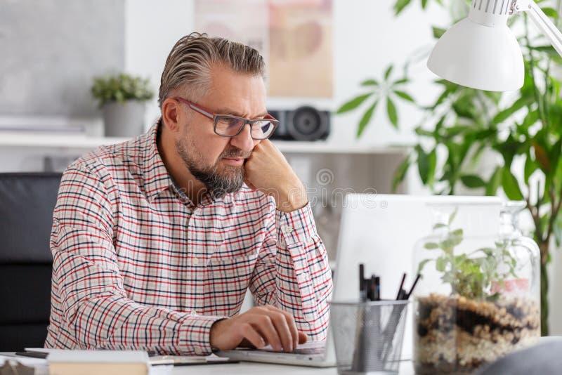 Tillfällig seende företags chef på hans kontor arkivbild