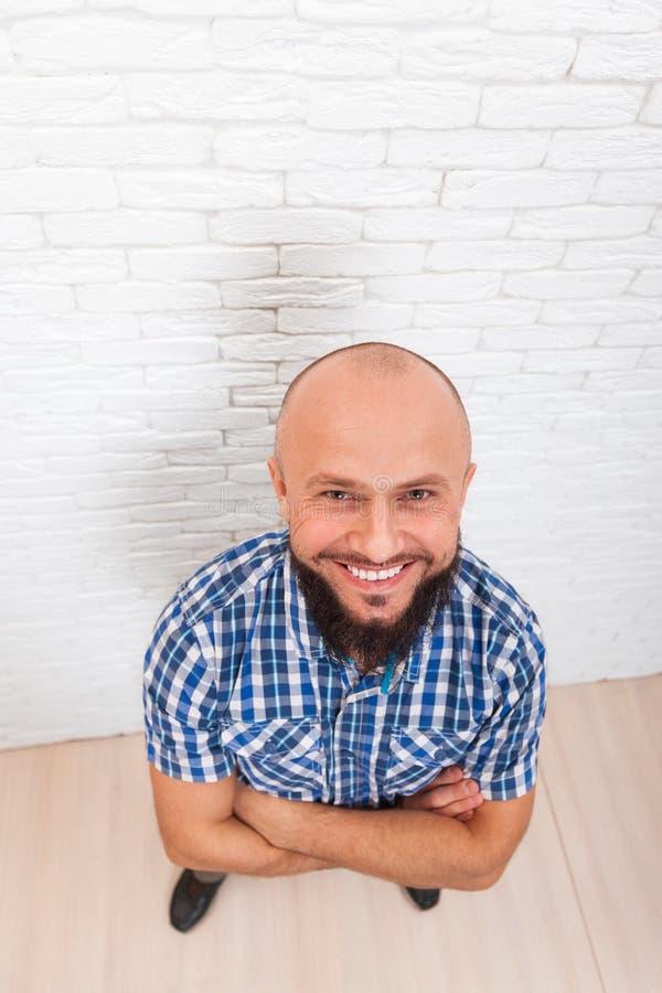 Tillfällig skäggig affärsman som ler vikt bästa sikt för händer royaltyfri foto