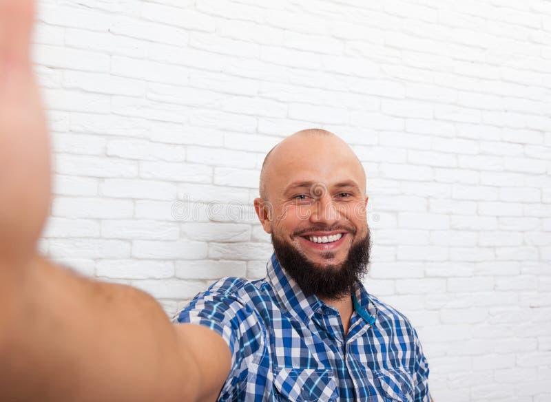Tillfällig skäggig affärsman som tar det Selfie fotoet royaltyfria foton