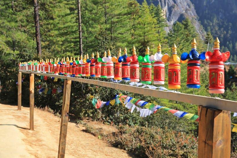 Tillfälliga bönhjul på slingan till tigerredet, Bhutan fotografering för bildbyråer