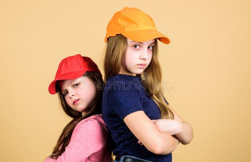 Tillfälliga cuties Gulliga små modemodeller med tillfälliga blickar Förtjusande flickor i tillfälliga kläder Småbarn med långt fotografering för bildbyråer