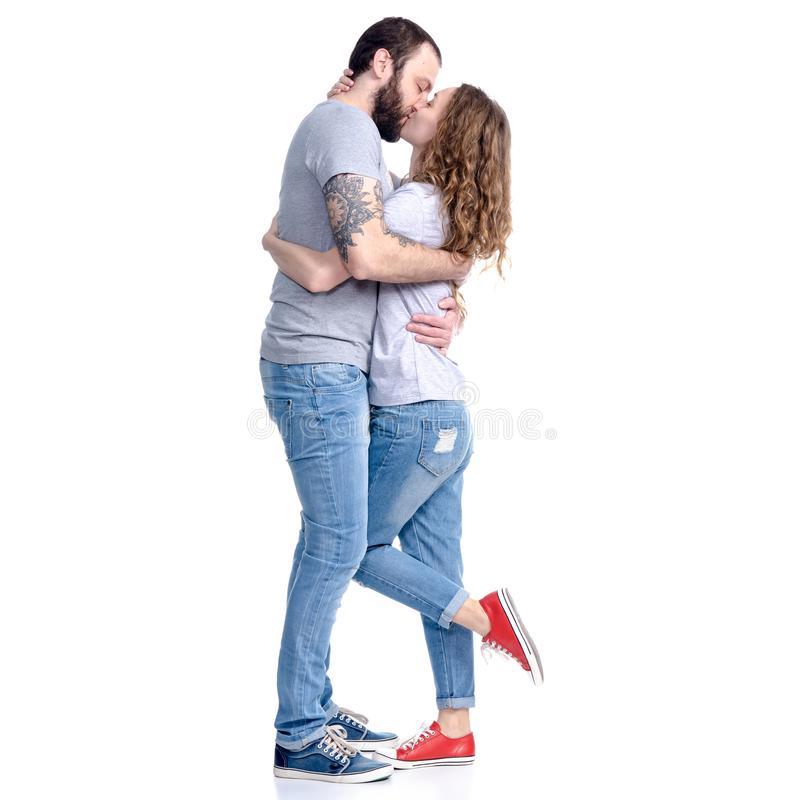 Tillfälliga kläder för man som och för kvinna kramar kyssa förälskelse royaltyfri foto