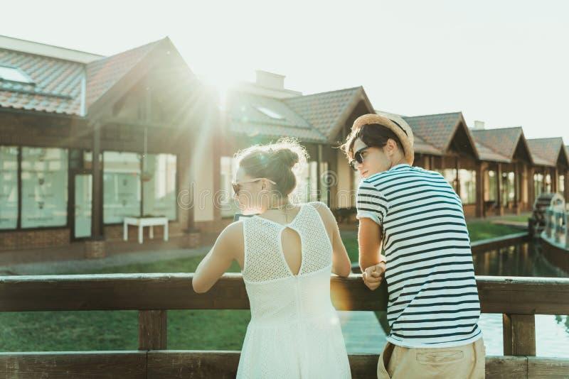 Tillfälliga par som tillsammans står och utomhus ser bort arkivbilder