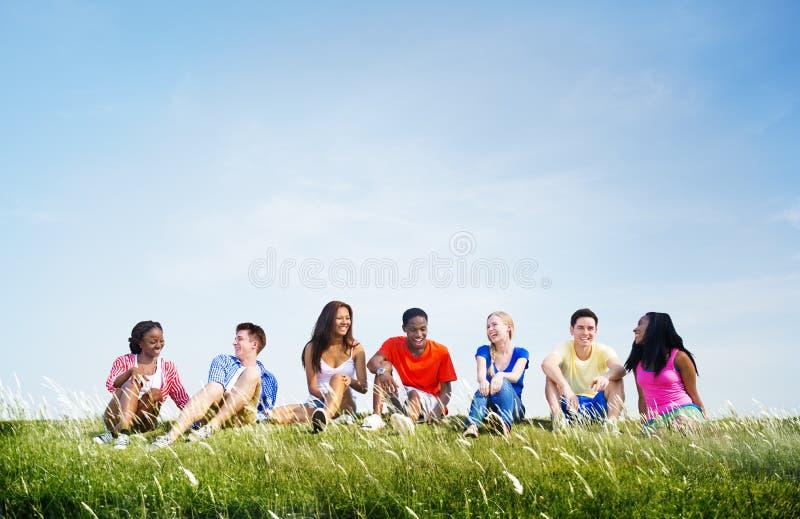 Tillfälliga vänner som ut tillsammans hänger utomhus begrepp royaltyfri bild
