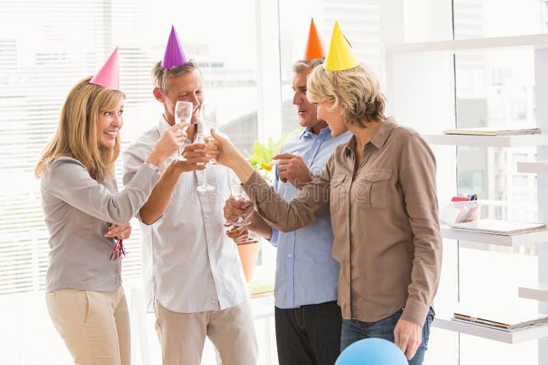 Tillfälligt affärsfolk som rostar och firar födelsedag fotografering för bildbyråer