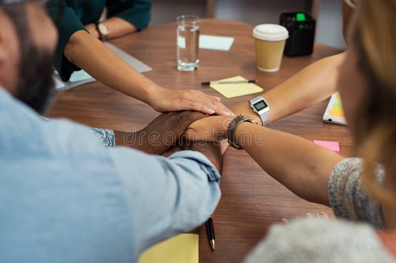 Tillfälligt affärsfolk som staplar händer arkivfoto